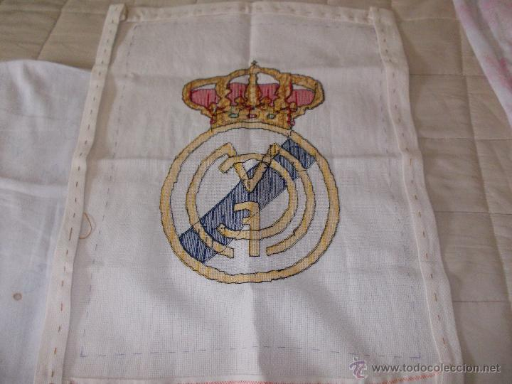 Coleccionismo deportivo: BONITO ESCUDO REAL MADRID BORDADO A MANO 50X38 LEER - Foto 2 - 42752792