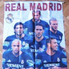 Coleccionismo deportivo: BANDERA FLAG GRANDE BIG REAL MADRID : GALACTICOS : RAUL + ZIDANE, ETC 71 X 98 CM. Lote 42771709