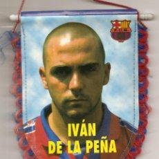 Coleccionismo deportivo: BANDERÍN DEL BARCELONA F.C., ESTADIO CAMP NOU- REVERSO IVAN DE LA PEÑA. Lote 42971887