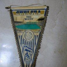 Coleccionismo deportivo: BANDERÍN DEL CHELSEA. THE BLUES, (40 CM) DE TELA-PLÁSTICA (NECESITA LIMPIAR). Lote 43374279