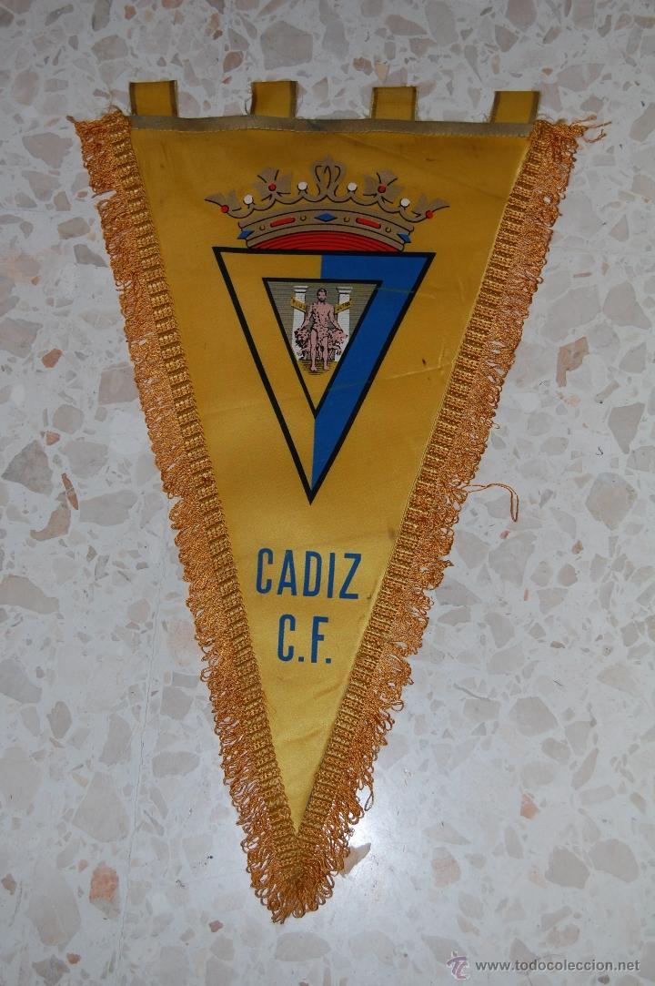 CADIZ CF . BANDERIN FIRMADO POR JUGADORES (Coleccionismo Deportivo - Banderas y Banderines de Fútbol)