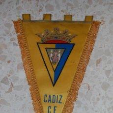 Coleccionismo deportivo: CADIZ CF . BANDERIN FIRMADO POR JUGADORES. Lote 45019879