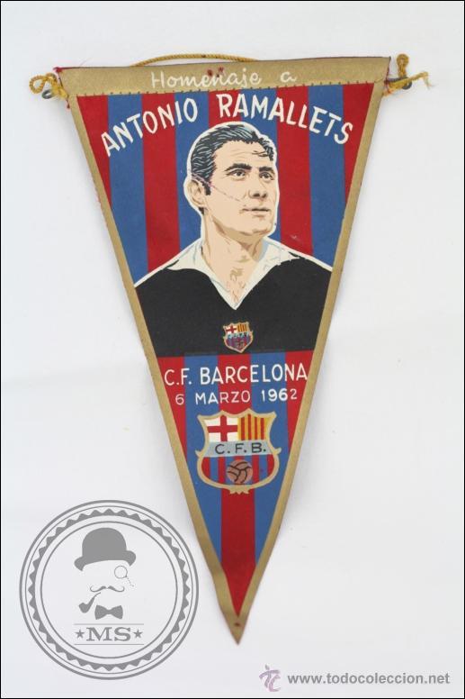 ANTIGUO BANDERÍN DEL FÚTBOL CLUB BARCELONA. HOMENAJE ANTONIO RAMALLETS, 1962 - MEDIDAS 22,5 X 13 CM (Coleccionismo Deportivo - Banderas y Banderines de Fútbol)