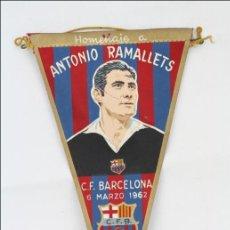 Coleccionismo deportivo: ANTIGUO BANDERÍN DEL FÚTBOL CLUB BARCELONA. HOMENAJE ANTONIO RAMALLETS, 1962 - MEDIDAS 22,5 X 13 CM. Lote 46069139