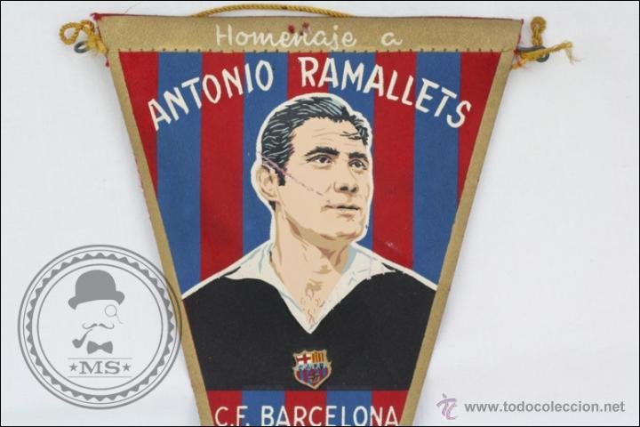 Coleccionismo deportivo: Antiguo Banderín del Fútbol Club Barcelona. Homenaje Antonio Ramallets, 1962 - Medidas 22,5 x 13 Cm - Foto 2 - 46069139