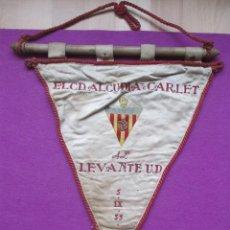Coleccionismo deportivo: BANDERIN FUTBOL, EL C.D. ALCUDIA DE CARLET AL LEVANTE, 5-9-55, ORIGINAL. Lote 46407586