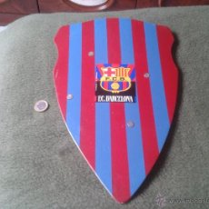 Coleccionismo deportivo: ESCUDO ESTANDARTE O SIMILAR DE MADERA COLORES FUTBOL CLUB BARCELONA BARÇA CON PEGATINA CENTRAL CULE. Lote 47471378