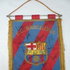 Coleccionismo deportivo: BANDERIN DEL BARCELONA CON 18 AUTOGRAFOS ORIGINALES. Lote 48733248