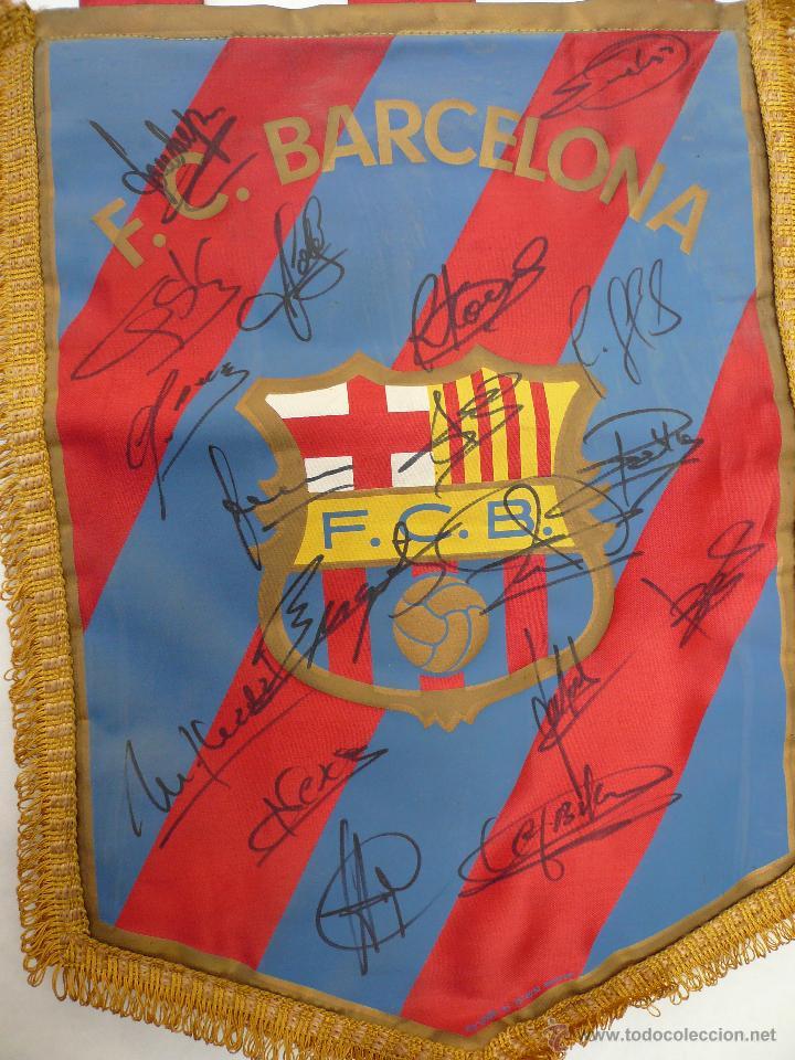 Coleccionismo deportivo: BANDERIN DEL BARCELONA CON 18 AUTOGRAFOS ORIGINALES - Foto 2 - 48733248