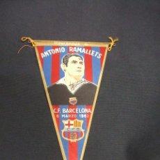 Coleccionismo deportivo: BANDERIN HOMENAJE A ANTONIO RAMALLETS - 6 MARZO 1962 - CON FIRMA IMPRESA - . Lote 48733679