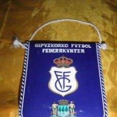 Coleccionismo deportivo: BANDERIN GIPUZKOAKO FUTBOL FEDERAKUNTZA . MEDIDAS 12 X 10 CM. Lote 49693551
