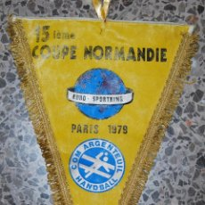 Coleccionismo deportivo: BANDERIN - 15 IEME COUPE NORMANDIE EURO SPORTRING COM ARGENTEUIL HANDBALL PARIS 1979. Lote 49871126