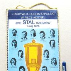 Coleccionismo deportivo: BANDERIN FUTBOL PENNANT ZKS STAL RZESZOW 1 MAJ 1975 POLONIA POSLKA 26 X 13 CM BUEN ESTADO . Lote 49902445