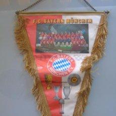 Colecionismo desportivo: BANDERÍN DEL FC BAYERN DE MUNICH, ALEMANIA. AÑO 1990. PLANTILLA EQUIPO 41 CM. Lote 50585024