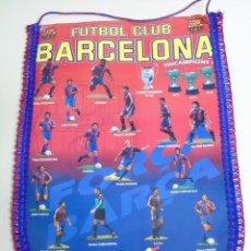 Collectionnisme sportif: GRAN BANDERÍN DEL FÚTBOL CLUB BARCELONA. TRICAMPEONES. PRODUCTO OFICIAL 1993 1994. GUARDIOLA KOEMAN. Lote 267706464