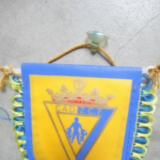 Coleccionismo deportivo: BANDERIN FUTBOL TELA CADIZ CF CON VENTOSA PARA COCHE. Lote 148029422