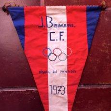 Coleccionismo deportivo: BANDERIN TELA BORDADO J BISBALENSE CF CLUB FUTBOL LA BISBAL DEL PENEDES 1973 TARRAGONA (65). Lote 52632870