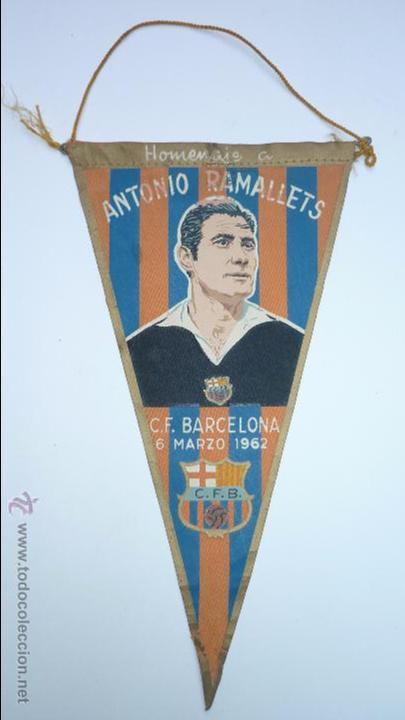 CF BARCELONA (BARÇA). ANTIGUO BANDERÍN HOMENAJE A ANTONIO RAMALLETS. AÑO 1962 (Coleccionismo Deportivo - Banderas y Banderines de Fútbol)