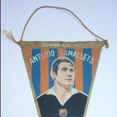 Coleccionismo deportivo: CF BARCELONA (BARÇA). ANTIGUO BANDERÍN HOMENAJE A ANTONIO RAMALLETS. AÑO 1962. Lote 52710905