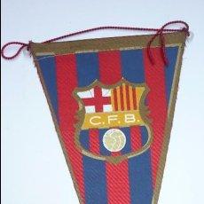 Coleccionismo deportivo: CF BARCELONA (BARÇA). ANTIGUO BANDERÍN DE TELA Y ESCUDO SERIGRAFIADO. ORIGINAL AÑOS 1960S. Lote 52711021