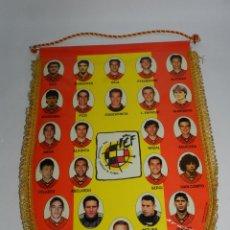 Coleccionismo deportivo: BANDERIN DE LA SELECCION ESPAÑOLA, AÑO 1996, RAUL, HIERRO, SERGI, KIKO, PIZZI... - MIDE 41 X 30 CMS.. Lote 52834660