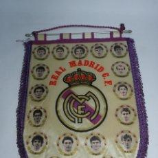 Coleccionismo deportivo: BANDERIN DEL REAL MADRID C.F. AÑOS 80, HUGO SANCHEZ, BUTRAGUEÑO, SANTILLANA, BUYO, MICHEL, GALLEGO... Lote 52834865