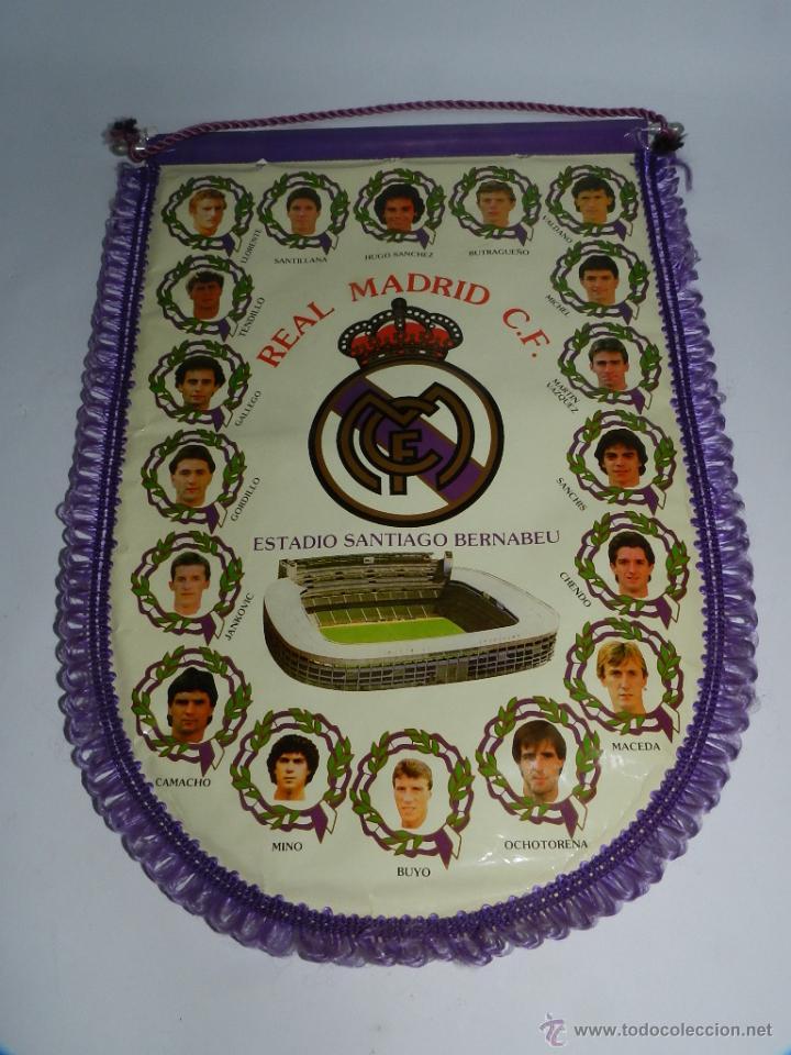 BANDERIN DEL REAL MADRID C.F. AÑOS 80, HUGO SANCHEZ, BUTRAGUEÑO, SANTILLANA, BUYO, MICHEL, GALLEGO, (Coleccionismo Deportivo - Banderas y Banderines de Fútbol)