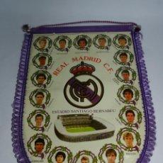 Coleccionismo deportivo: BANDERIN DEL REAL MADRID C.F. AÑOS 80, HUGO SANCHEZ, BUTRAGUEÑO, SANTILLANA, BUYO, MICHEL, GALLEGO, . Lote 52834921