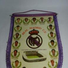 Coleccionismo deportivo: BANDERIN DEL REAL MADRID C.F. AÑOS 80, HUGO SANCHEZ, BUTRAGUEÑO, BUYO, MICHEL, GALLEGO, GORDILLO, MA. Lote 52835011