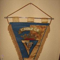 Coleccionismo deportivo: BANDERIN DEL CADIZ C.F. DE LA TEMPORADA 1981-1982 ASCENSO A 1ª DIVISION - CAMPEON TROFEO CARRANZA. Lote 52929701