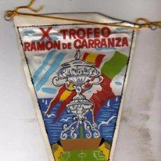 Coleccionismo deportivo: CURIOSO BANDERIN DE FUTBOL. X TROFEO RAMON DE CARRANZA. 1964 REAL MADRID. BENFICA BOCA JUNIOR BETIS.. Lote 53851901