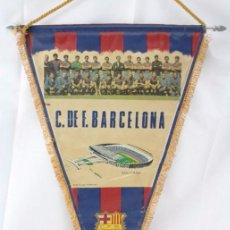 Coleccionismo deportivo: BANDERÍN DE TELA - CLUB DE FÚTBOL / CF BARCELONA. HISTORIAL DEL EQUIPO 1899-1972 - 54 X 35 CM. Lote 53900653