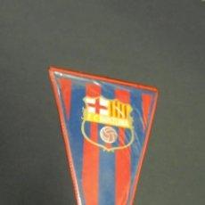 Coleccionismo deportivo: BANDERIN F.C. BARCELONA - APROX. 27,5 CM X 15 CM. - IRUPE. Lote 54366348