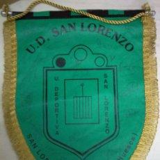 Coleccionismo deportivo: BANDERIN FUTBOL UD SAN LORENZO (HUESCA) FIRMAS AUTOGRAFOS PLANTILLA. Lote 54882580