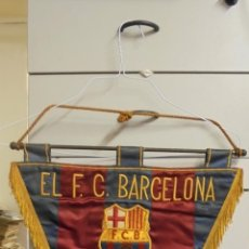 Coleccionismo deportivo: BANDERIN BORDADO - EL F.C. BARCELONA AL P.B. CINCO COPAS - 1976 -. Lote 54895666