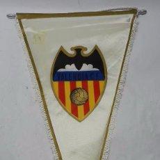 Coleccionismo deportivo: ANTIGUO BANDERIN DEL EQUIPO DE FUTBOL VALENCIA C.F., ACOLCHADO, GIGANTE MIDE 55 CMS. DE LONGITUD, SE. Lote 56733956