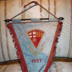 Coleccionismo deportivo: CURIOSO BANDERIN DEPORTIVO EN RASO BORDADO DE 1957. Lote 56854982