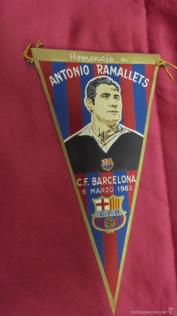 BANDERIN HOMENAJE A ANTONIO RAMALLETS. 6 MARZO 1962. C. F. BARCELONA. CON FIRMA IMPRESA (Coleccionismo Deportivo - Banderas y Banderines de Fútbol)