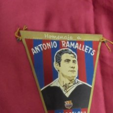 Coleccionismo deportivo: BANDERIN HOMENAJE A ANTONIO RAMALLETS. 6 MARZO 1962. C. F. BARCELONA. CON FIRMA IMPRESA. Lote 58119913