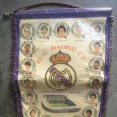 Coleccionismo deportivo: BANDERIN FUTBOL ORIGINAL REAL MADRID SANTIAGO BERNABEU HUGO SANCHEZ HIERRO MICHEL SCHUSTER SANCHIS . Lote 58406654