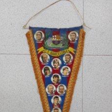 Coleccionismo deportivo: ANTIGUO BANDERIN DEL BARCELONA CON FOTOS DE JUGADORES,CRUYFF,MARCIAL,REXACH,GALLEGO,ETC.... Lote 58704892