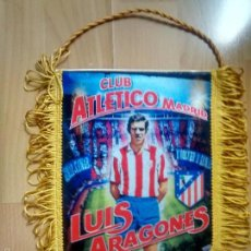 Coleccionismo deportivo: ATLÉTICO DE MADRID - BANDERIN LUIS ARAGONÉS. Lote 134102191