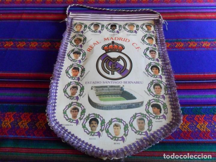 BANDERÍN REAL MADRID AÑOS 90 GRAN TAMAÑO CON HIMNO POR DETRÁS. BUEN ESTADO. (Coleccionismo Deportivo - Banderas y Banderines de Fútbol)