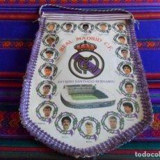 Coleccionismo deportivo: BANDERÍN REAL MADRID AÑOS 90 GRAN TAMAÑO CON HIMNO POR DETRÁS. BUEN ESTADO.. Lote 68469389
