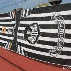Coleccionismo deportivo: BANDERA ANTIQUISIMA DEL NEWCASTLE DE INGLATERRA DE TELA MUY LARGA Y GRANDE VINTAGE FLAG. Lote 68723673