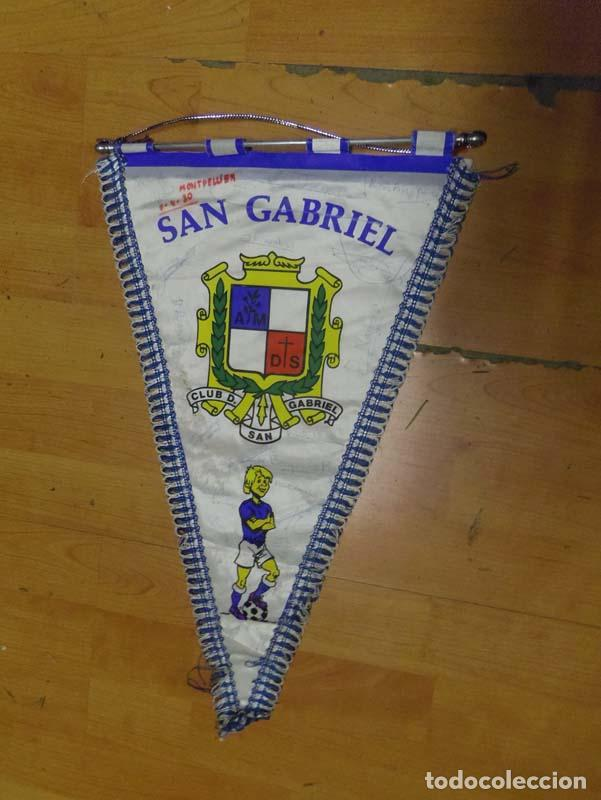 BANDERIN FUTBOL CLUB DEPORTIVO SAN GABRIEL - MONTPELIER 7-4-1980 - FIRMADO P JUGADORES (Coleccionismo Deportivo - Banderas y Banderines de Fútbol)