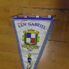 Coleccionismo deportivo: BANDERIN FUTBOL CLUB DEPORTIVO SAN GABRIEL - MONTPELIER 7-4-1980 - FIRMADO P JUGADORES. Lote 69059021
