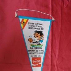 Coleccionismo deportivo: BANDERIN SEGUNDO CAMPEONATO DE ESPAÑA DE FUTBOL INFANTIL DE CLUBS 1982. COCA-COLA. 28,5 X 14 CMS.. Lote 69965465