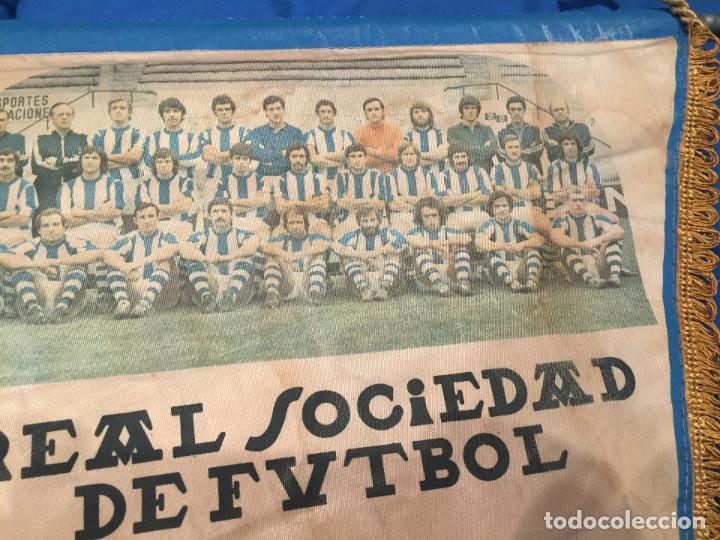 Coleccionismo deportivo: REAL SOCIEDAD, ANTIGUO Y GRAN BANDERÍN. CON FOTOGRAFIA DE LA PLANTILLA, 53CM. ÚNICO - Foto 2 - 75827755