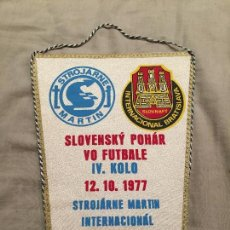Coleccionismo deportivo: RARO BANDERÍN DE FUTBOL, ESLOVENIA, STROJARNE MARTIN VS INTERNACIONAL BRATISLAVA, 1977, 27CM. Lote 75869099